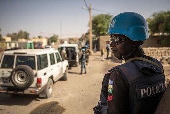 来自尼日利亚的联合国维和警察部队在马里北部城市廷巴克图(Timbuktu)执行巡逻任务,近年来,这座拥有900多年历史的文化名城不断遭到恐怖主义威胁。