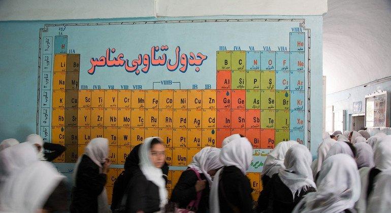 В школе для девочек в Герате в Афганистане.Таблица Менделеева есть, наверное, в каждой школе. И понятна она без перевода.