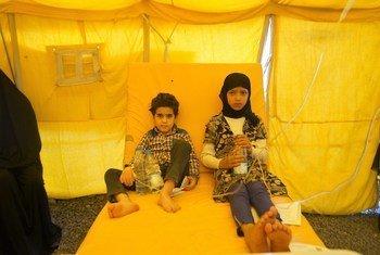 由于缺乏资源,两名并非亲戚的儿童,一个8岁,一个10岁在也门萨那的一个霍乱治疗中心共用一张床。