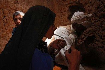 Mulher fuma heroína em Islam Qala, no Afeganistão.
