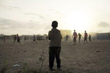 Crianças jogam futebol em campo de deslocados internos na Somália