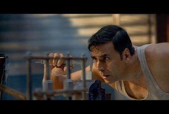 Imagen de la película Pad Man que cuenta la historia de un hombre que diseñó una máquina para producir compresas higiénica de bajo costo