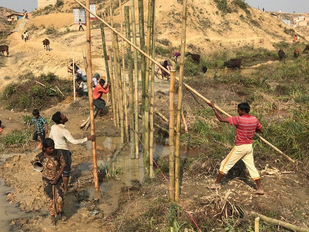 Wakimbizi wa Rohingya kutoka Mynamar ambao sasa wanaishi kwenye kambi ya wakimbizi ya Cox's Bazar nchini Bangladesh wakiwa wanajindaa kukabili msimu wa mvua kwa kujenga kutumia mianzi.