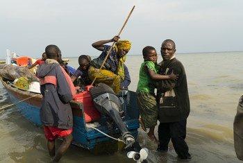 Wakimbizi wapya kutoka Jamhuri ya kidemokrasia ya Congo, DRC wakiwasili kwenye kituo cha  muda cha mapokezi huko Sebagoro, wilaya ya Hoima nchini Uganda