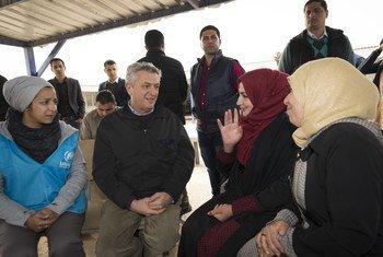 Филиппо Гранди в первом в мире бюро по трудоустройству в лагере для беженцев, лагерь Заатари в Иордании