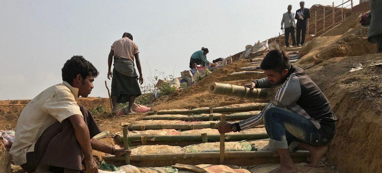 Au Bangladesh, les pluies de la mousson mettent en danger les réfugiés rohingyas.