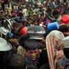Des milliers d'enfants réfugiés rohingyas font la queue au centre de distribution de Mainnerghona, dans le district de Cox's Bazar, au Bangladesh, en novembre 2017.
