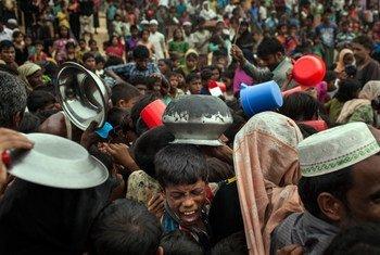 2017年11月17日,罗兴亚难民儿童在孟加拉国考克斯巴扎尔区的一个配送中心排队等候援助。