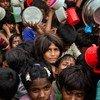 数千名罗兴亚难民在孟加拉国考克斯巴扎难民营排队领取援助物资。