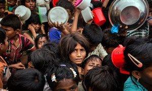 Des milliers d'enfants rohingyas dans un centre de distribution à Cox's Bazar, au Bangladesh, en novembre 2017.