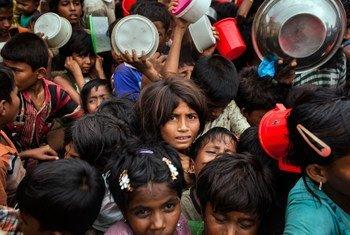 آلاف الأطفال اللاجئين الروهينجا يصطفون لتلقي المساعدات في مركز توزيع في كوكس بازار/بنغلاديش
