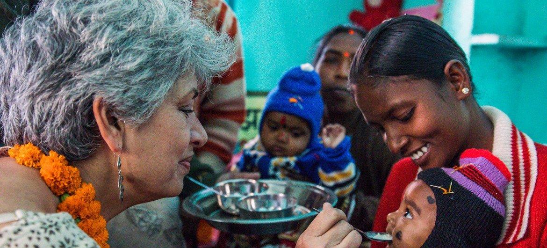 2017年11月22日,联合国儿童基金会驻印度代表哈克在印度贾坎德邦一家儿童中心给一名儿童喂食。