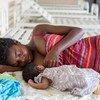 Mama akimnyonyesha mwanae mchanga katika kituo cha afya ya mama na mtoto huko wilaya ya Bumbu, mjini Kinshasa nchini Jamhuri ya Kidemokrasia ya Congo, DRC.