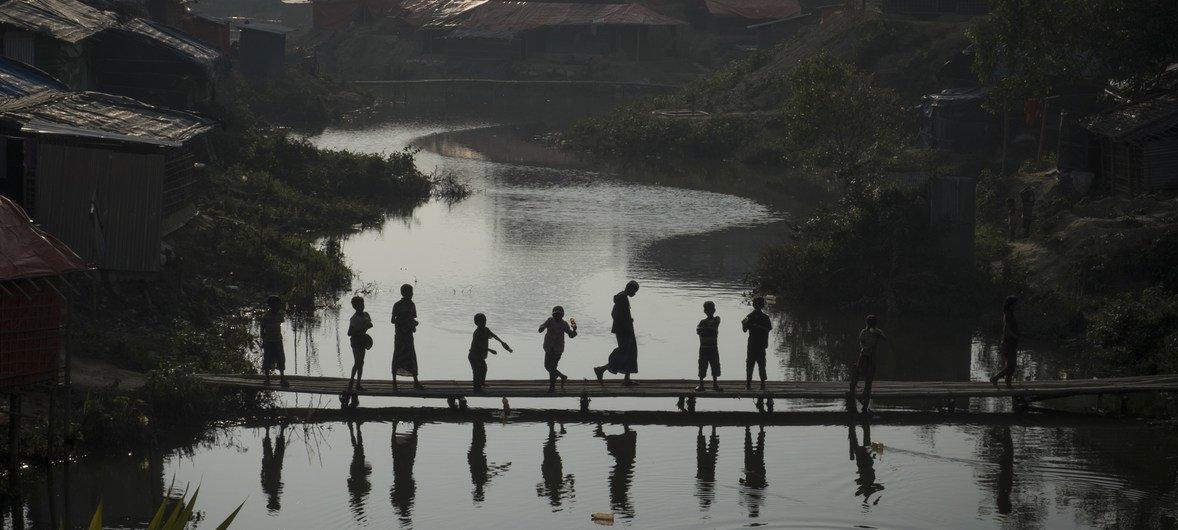 Un grupo de niños rohinyas cruzan un puente de bambú en el campamento de refugiados de Kutupalong en Bangladesh, a donde han llegado cientos de miles de refugiados que tuvieron que huir de sus hogares en Myanmar.