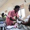 Mkunga Helen Danies anazungumza na mama mgeni katika wodi ya kinamama hospitalini Juba, Sudan Kusini Jumatatu Januari 2018
