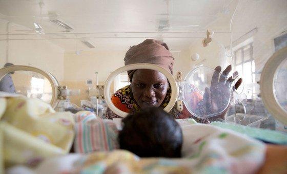 Await Said avec son petit-fils Ayah dans un hôpital à Juba, au Soudan du Sud.
