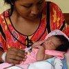 Mileidis Gonzales allaite sa fille Wuileidis à l'hôpital Armando Castillo de Maracaibo, au Venezuela (archives).