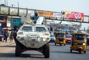 Des Casques bleus nigérians lors d'une patrouille dans les rues de la capitale libérienne, Monrovia