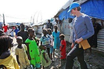 A tenente-coronel do Reino Unido, Katie Hislop, com crianças sul-sudanesas.