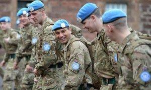 Соединенное Королевство не только направляет своих военных в миротворческие миссии, но и занимает шестое место среди стран, оказывающих  финансовую поддержку миротворческой деятельности ООН. На фото военные 3-го батальона Королевского полка Шотландии перед высадкой Вооруженных сил ООН по поддержанию мира на Кипре (ВСООНК) в знаменитых голубых беретах