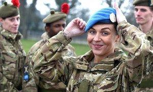 В настоящее время в миротворческих операциях ООН задействованы 600 британцев, большинство из них – в Южном Судане и на Кипре. Больше всего британских миротворцев дислоцировано в Южном Судане, где 400 военных в составе миссии ООН, в том числе 41 женщина, поддерживают правительство и населения этой страны. Инженеры и медики из Соединенного Королевства оказали помощь в строительстве временного полевого госпиталя, где смогли получить лечение более 1800 человек. На фото военный врач из отряда «Черный патруль» Королевского полка Шотландии.