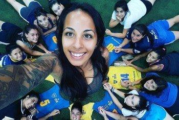 Evelina Cabrera, entrenadora de fútbol, con algunas de las chicas a las que entrena