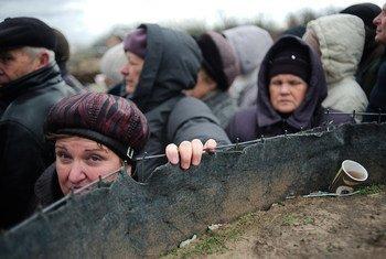 """在乌克兰东部卢甘斯克省唯一的一个跨越""""接触线""""的过境点,人们正在严寒中等候。"""