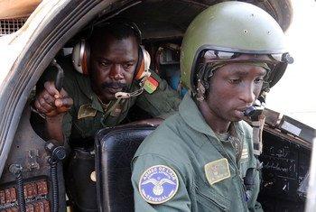 Kapteni Mohammed Mbaye kutoka Senegal akiwa kwenye helikopta ya kikosi chao cha kujibu mashambulizi, SENAHU huko Jamhuri ya Afrika ya Kati, CAR.
