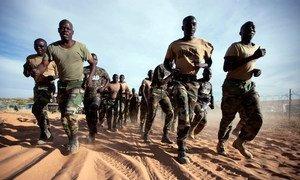 Des soldats sénégalais affectés à l'Opération de l'Union africaine et des Nations Unies au Darfour (MINUAD) s'entraînent à Um Baro, au Nord-Darfour, en novembre 2011.