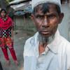 बांग्लादेश में किसान नूरुल हक़ अपनी 13 वर्षीया बेटी के साथ. धन की कमी के कारण उन्हें अपनी बेटी को स्कूल से हटाकर, वित्तीय तंगी के कारण उसका विवाह एक उम्रदराज़ व्यक्ति के साथ करना पड़ सकता है.