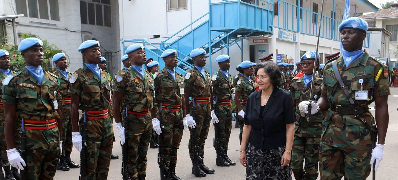 La representante especial del Secretario General en la República Democrática del Congo y jefe de MONUSCO, Leila Zerrougui, comparte con cascos azules a su llegada al país.