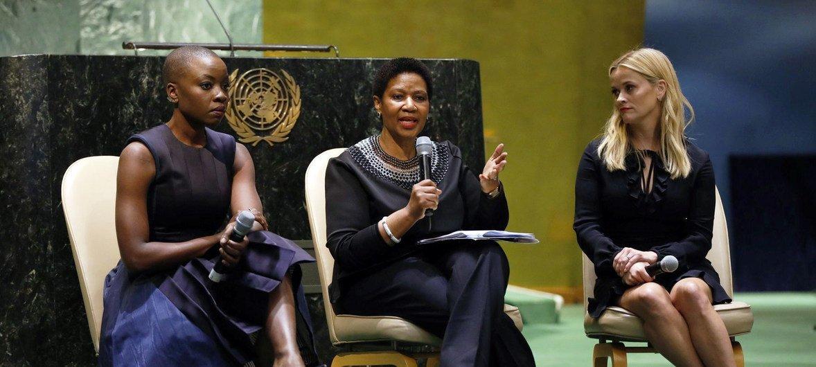 A atriz e ativista, Danai Gurira, com a diretora executiva da ONU Mulheres, Phumzile Mlambo-Ngcuka, e a atriz e ativista, Reese Witherspoon, durante as celebrações do Dia Internacional da Mulher na sede das Nações Unidas.