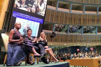 L'actrice Danai Gurira Resse (à gauche), Phumzile Mlambo-Ngcuka, Directrice exécutive d'ONU Femmes, et l'actrice américaine Reese Witherspoon (à droite) lors de la célébration de la Journée internationale des femmes au siège de l'ONU.