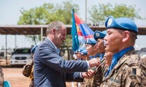 Mkuu wa mpango wa Umoja wa Mataifa Sudan Kusini David Shearer , akiwatunuku tuzo walinda amani wa Mongolia (8 Mai 2017)
