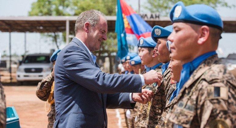 Глава Миссии ООН в Республике Южный Судан (МООНЮС) Дэвид Ширер вручает Медалии ООН монгольским миротворцам (8 мая 2017 года)
