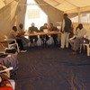 随着达尔富尔安全局势的改善,苏丹政府在当地开展了解除前战斗人员武装的行动,这为难民返回达尔富尔创造了条件。图为包括妇女在内的前战斗人员在登记解除武装。