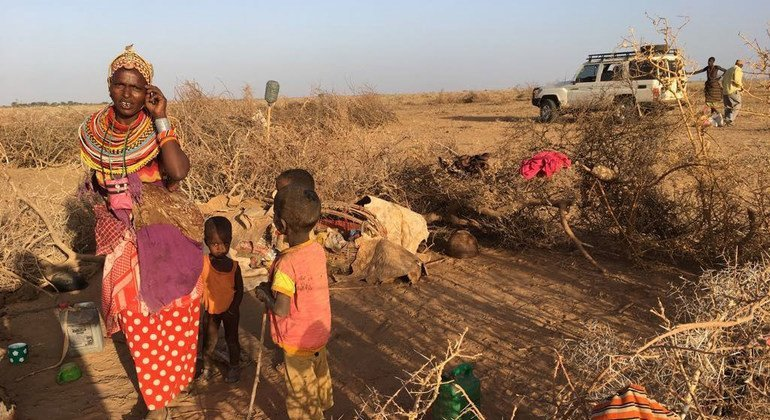 Una madre y sus hijos en la localidad de Marsabit, Kenia. El 73 % de las mujeres del país trabajan de forma autónoma o se dedican a los cuidados domésticos.