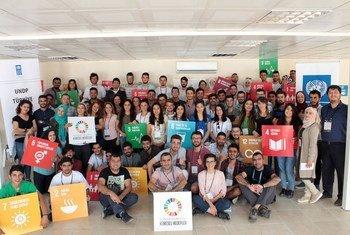 Jóvenes estudiantes turcos y refugiados sirios trabajan juntos en proyectos sobre los Objetivos de Desarrollo Sostenible durante el campamento juvenil de Halfeti organizado por el PNUD.