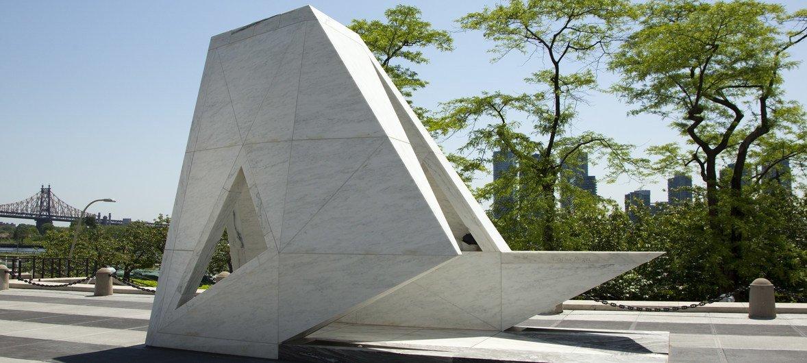 A Arca do Retorno, o memorial permanente para honrar as vítimas da escravidão e do comércio transatlântico de escravos, na entrada da sede da ONU em Nova Iorque.