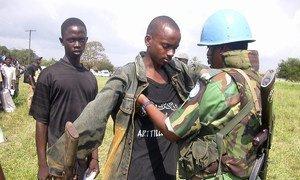 Wapiganaji wa zamani wakisalimisha silaha kwenye kambi ya Schieffelin nje kidogo ya Monrovia wakati wa zoezi la upokonyaji silaha.