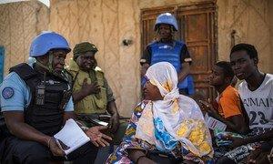 Walinda amani wa MINUSMA wakizungumza na raia huko Gao, kaskazini-mashariki mwa Mali.