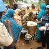 Ushirikiano baina ya wanawake ni muarobaini wa maendeleo hata kule mashinani kama inavyoonekana pichani walinda amani wanawake huko Darfur, Sudan wakielekeza wanawake mapishi ya maandazi.