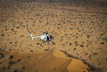 Un hélicoptère de la MINUSMA survolant le Mali, pays africain de la région du Sahel.