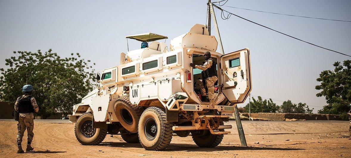 马里稳定团维和人员在该国东北部一个村庄进行巡逻。马里是联合国最危险的维和行动之一。