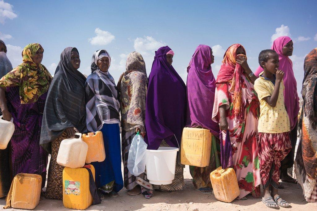 En Somalie, des femmes déplacées font la queue avec des jerricanes pour collecter de l'eau potable à partir d'un réservoir d'eau propre financé par l'UNICEF et ECHO dans un camp de la ville de Galkayo.