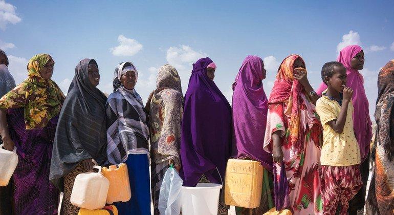 نساء نازحات يقفن في طابور بانتظار الحصول على المياه النظيفة بدعم من اليونيسف في مخيم للنازحين داخليا في الصومال.