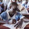 Девочка сдаёт экзамен в школе в лагере беженцев в Кении