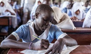Una joven refugiada hace un examen final en el colegio Mogadishu, en el campamento para refugiados de Kakuma, en Kenya.
