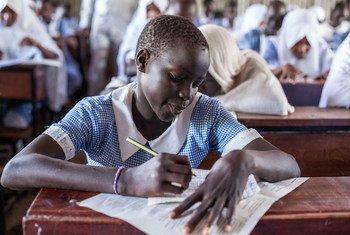 Une jeune fille réfugiée prend ses examens de fin d'année à l'école primaire de Mogadiscio dans le camp de réfugiés de Kakuma au Kenya