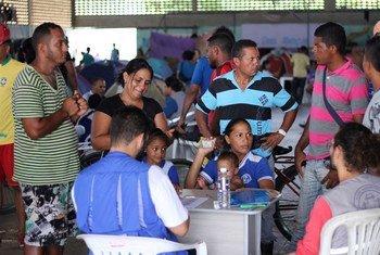 O Acnur Brasil e parceiros apoiam as autoridades locais no registro de venezuelanos que vivem no abrigo de Tancredo Neves, Boa Vista, Roraima.